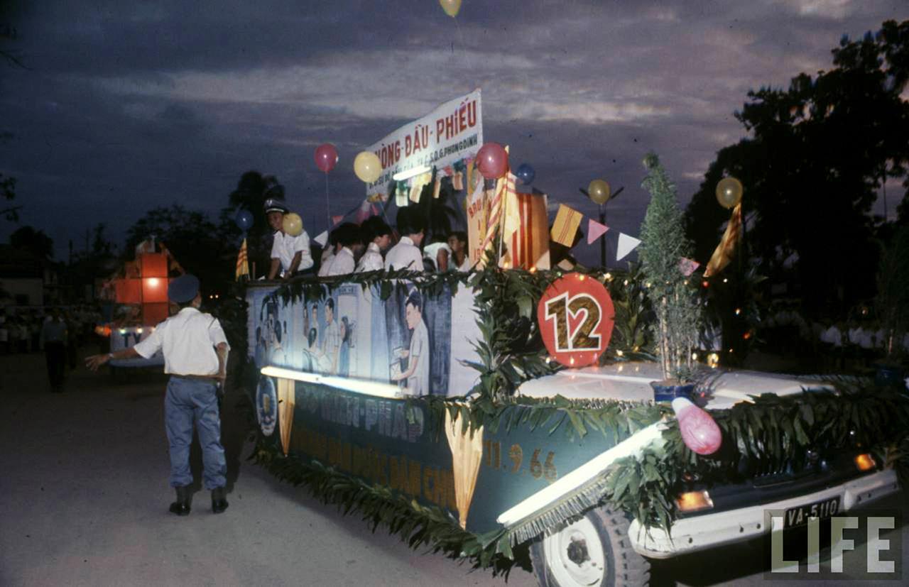 Xe diễu hành ngày bầu cử quốc hội lập hiến VNCH năm 1966 ở Cần Thơ