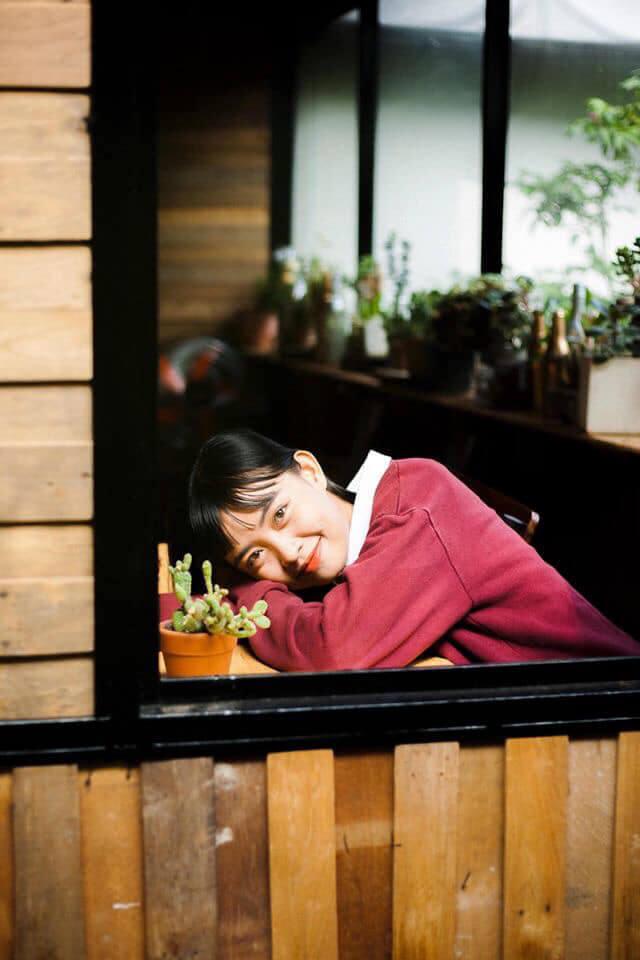 Một bạn nữ dễ thương chụp hình ở quán