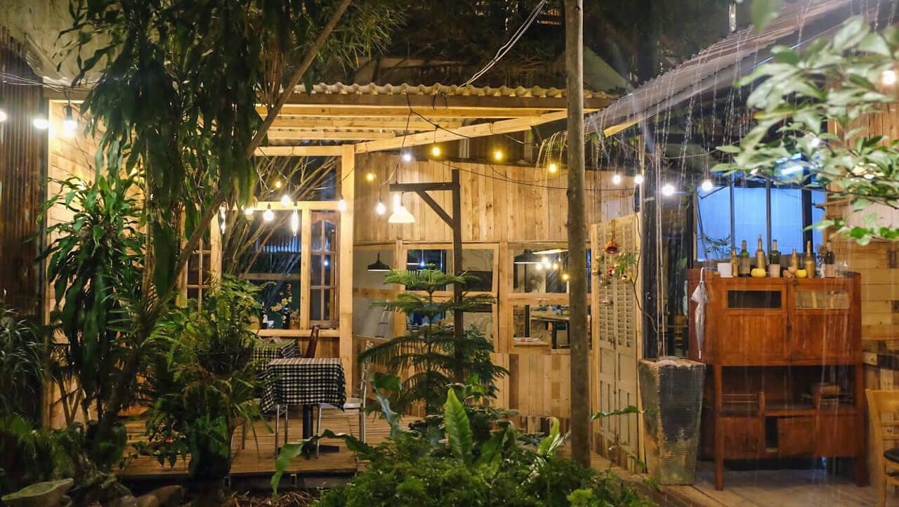 Không gian buổi tối khá lãng mạn ở trong tiệm ăn của quán