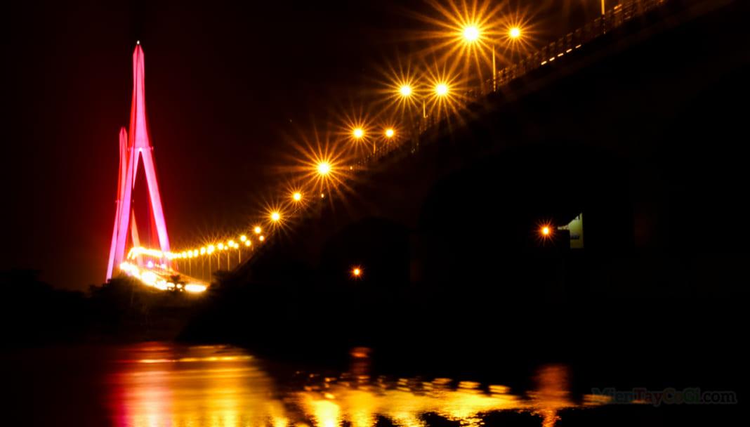 Cầu Cần Thơ lung linh sắc màu buổi tối