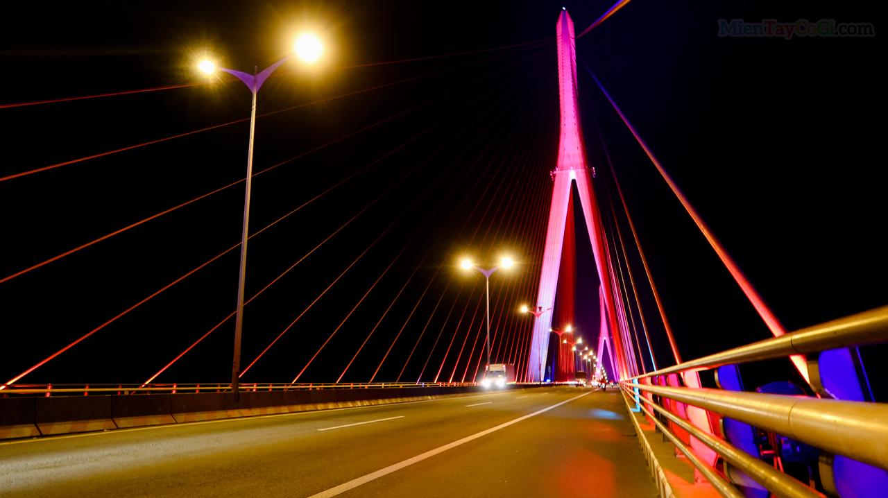 Cầu Cần Thơ sáng đèn vào buổi tối