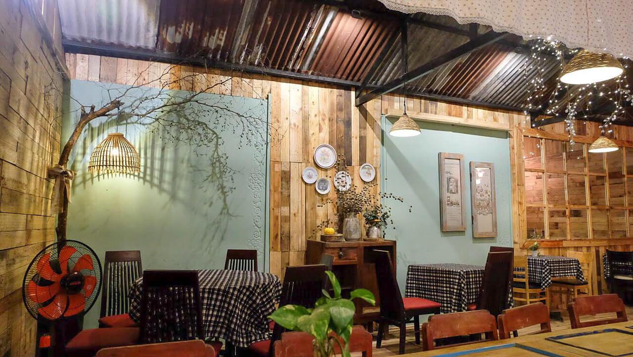 Không gian quán ăn bên trong quán cà phê