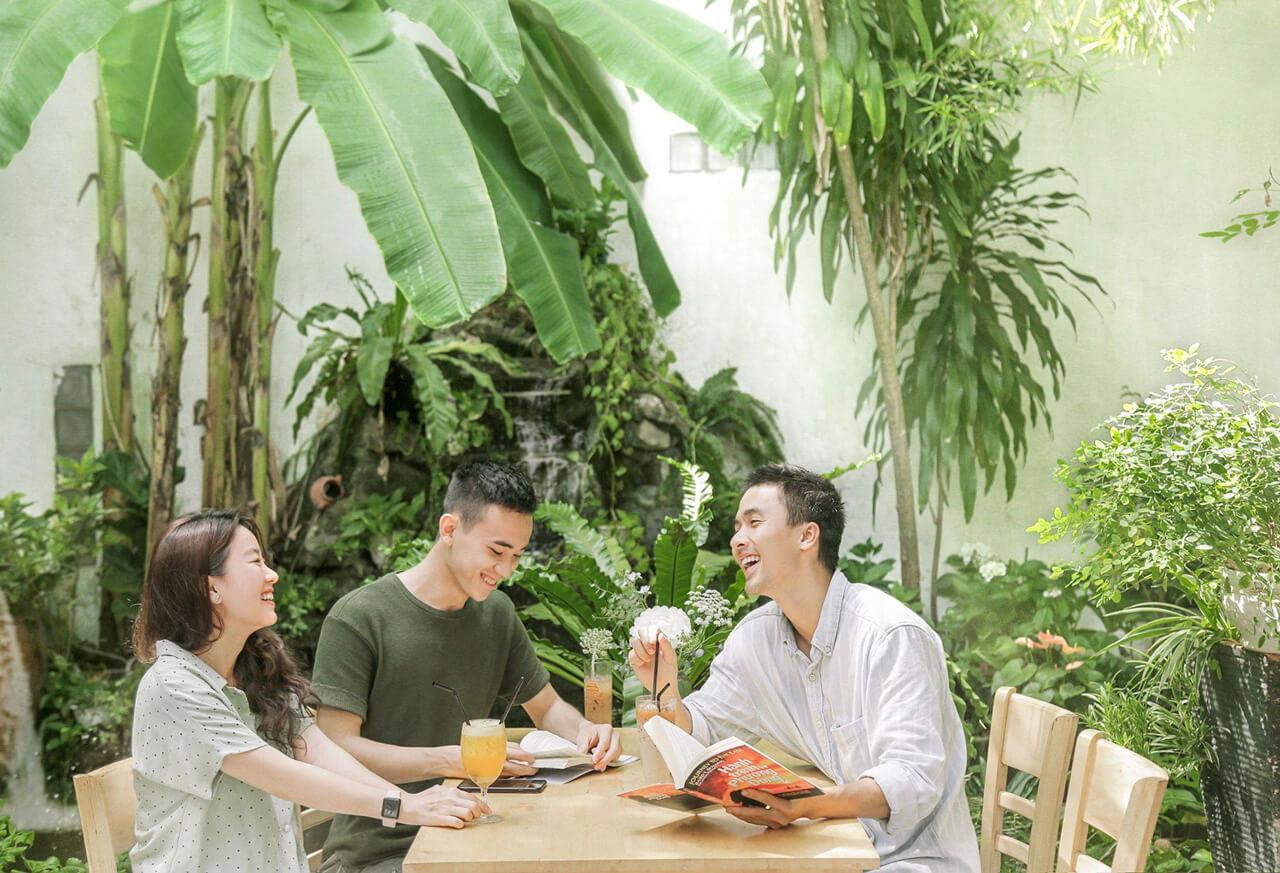 Không gian xanh trong khuôn viên tiệm cà phê Khoảnh Khắc Cần Thơ