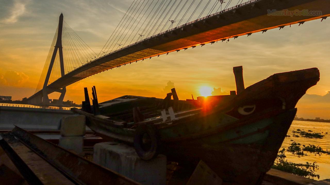 Mặt trời buông xuống dưới cầu Cần Thơ