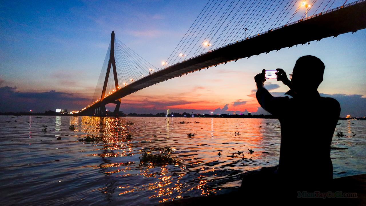 Ngắm hoàng hôn dưới chân cầu Cần Thơ bên bờ sông Hậu