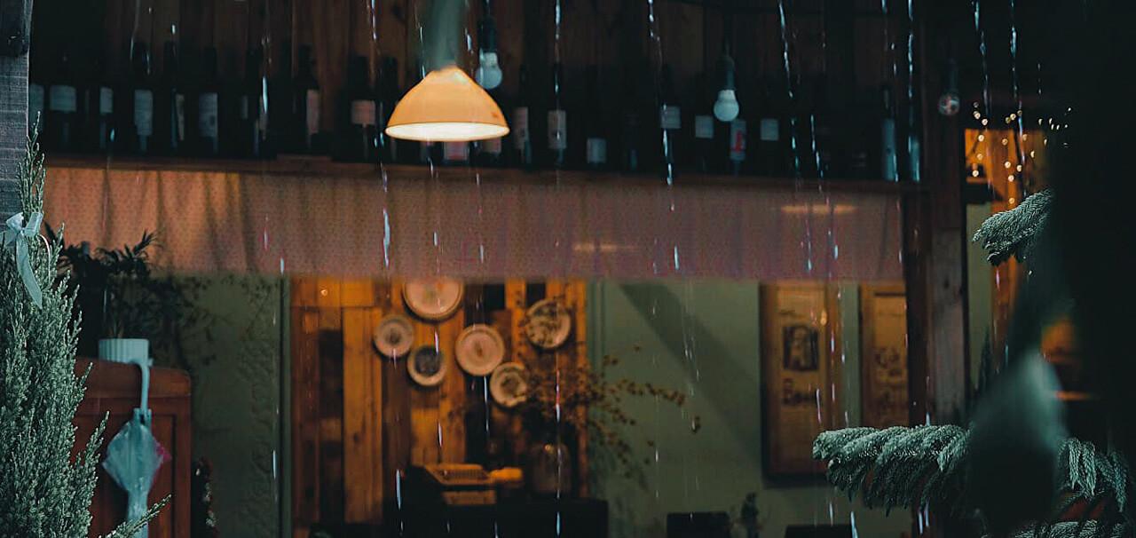 Những giọt nước ngoài hiên lắng lại những ký ức đẹp của tiệm cà phê Khoảnh Khắc