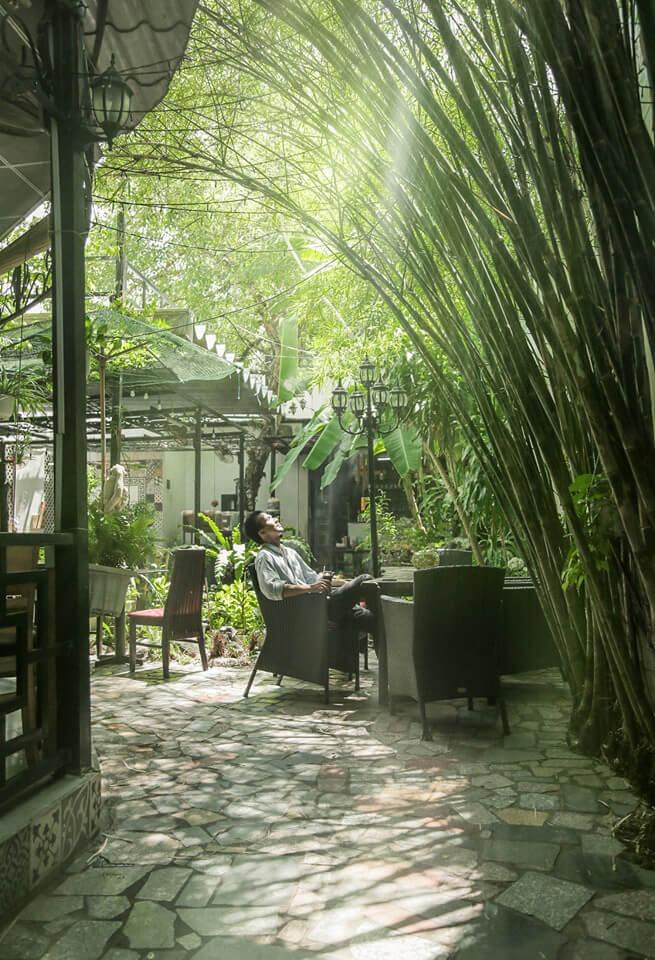 Vườn cây xanh mát với lũy tre tại quán cà phê