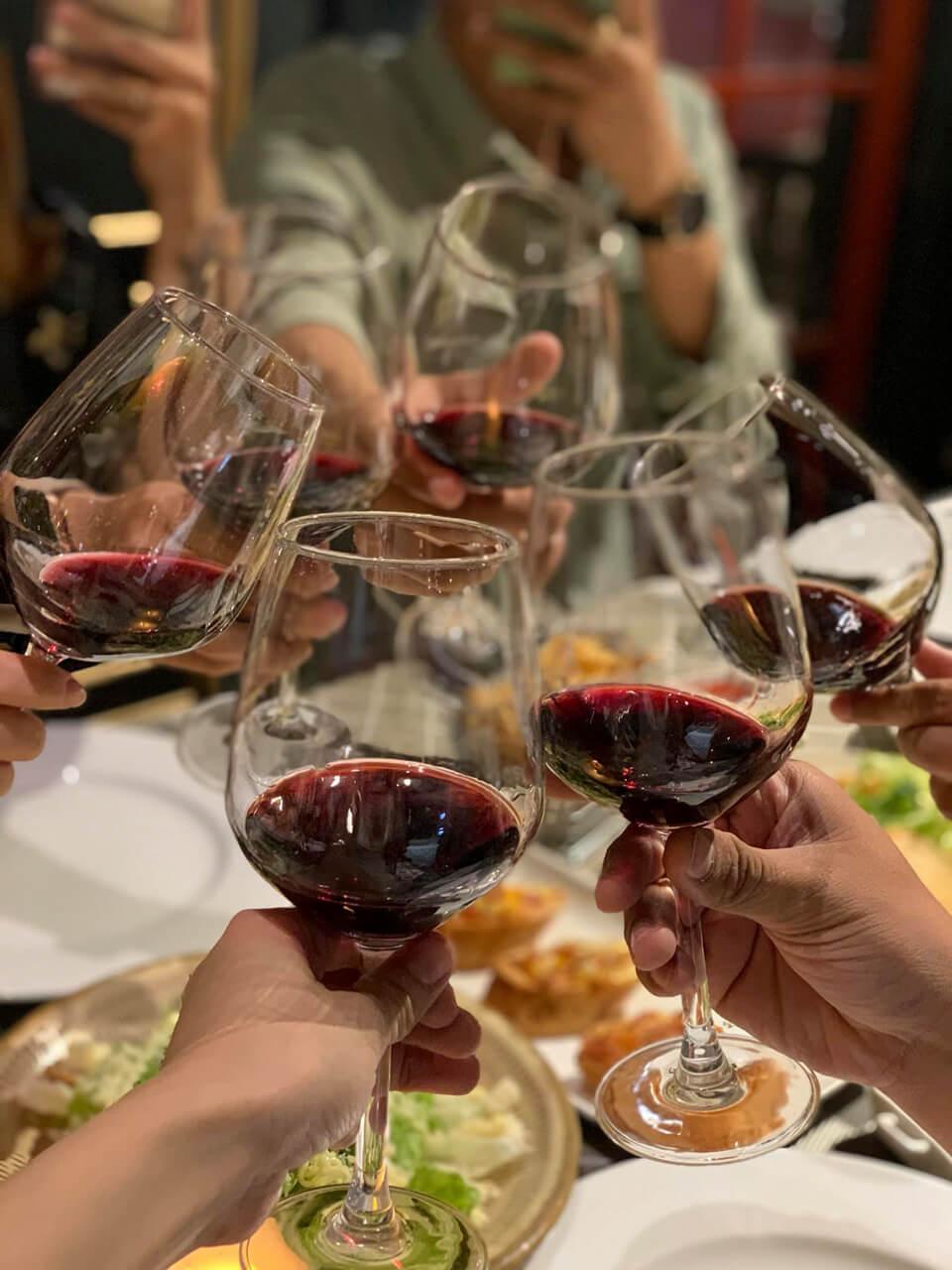 Ăn tiệc cùng rượu vang