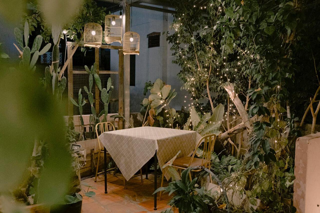 Bàn ăn ở không gian vintage trên sân thượng