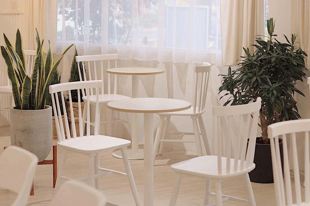 Bàn ghế bày trí bên trong quán