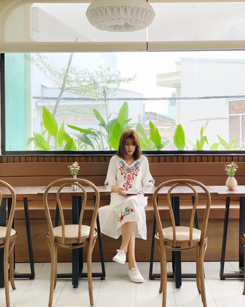 Không gian và bàn ghế sắp đặt ở Lily cafe Cần Thơ dành cho người làm việc