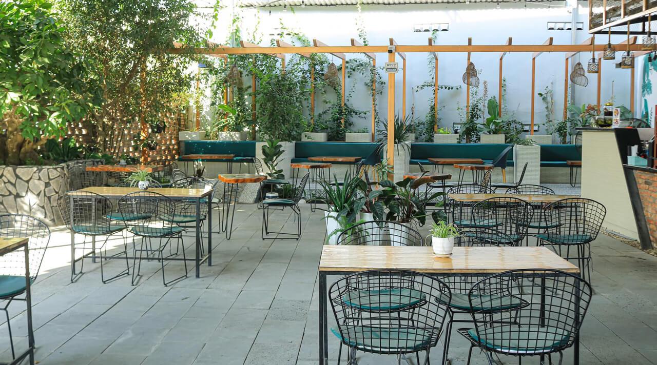 Bàn ghế sắp đăt ở vườn Dream Coffee Cần Thơ