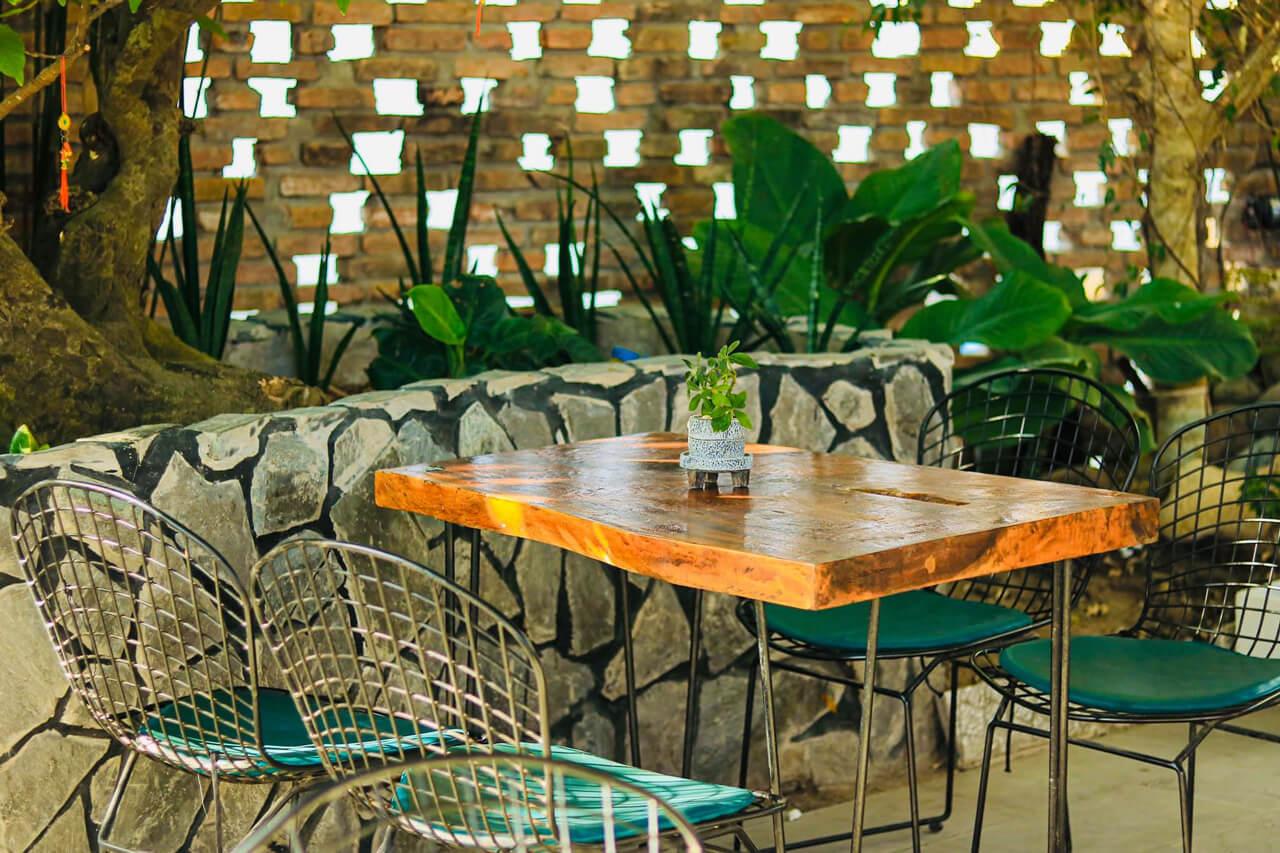 Bàn ghế sắp xếp bên cạnh 1 góc cây xanh