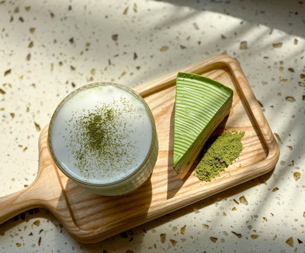 Bánh và nước trà xanh của quán