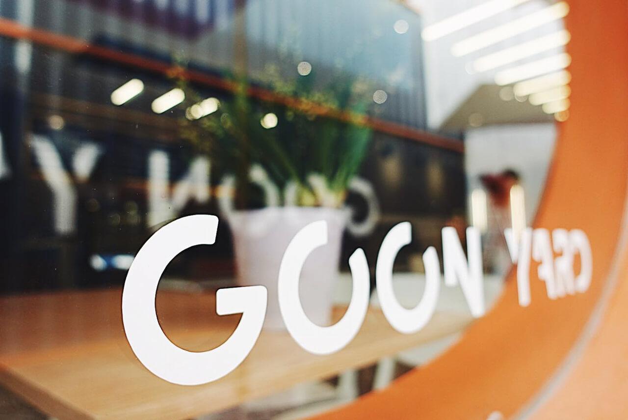 Biểu ngữ Goon Yard của quán in trên kính