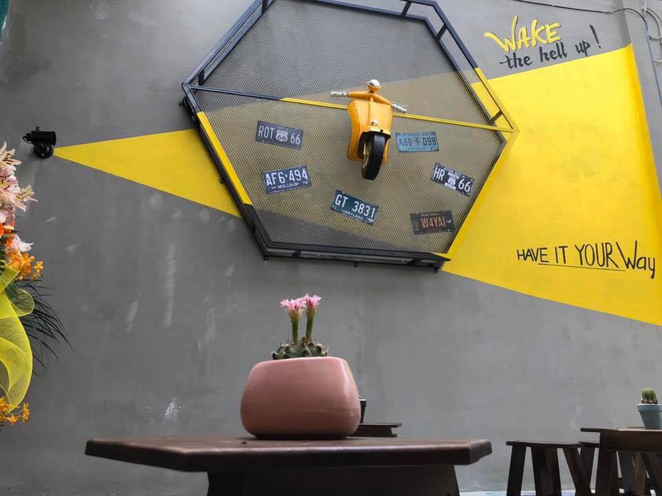 Bức tường vàng và xám ở trước quán TUI Coffee Cần Thơ