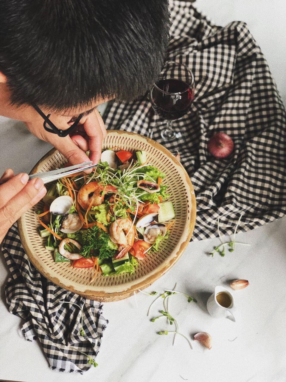 Chuẩn bị món salad phuc vụ khách