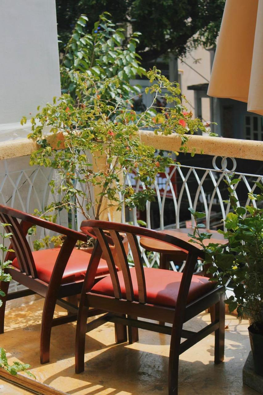 Góc ban công nhìn ra dãy phố Nguyễn Trãi của Chò Nâu Nostalgia Cần Thơ
