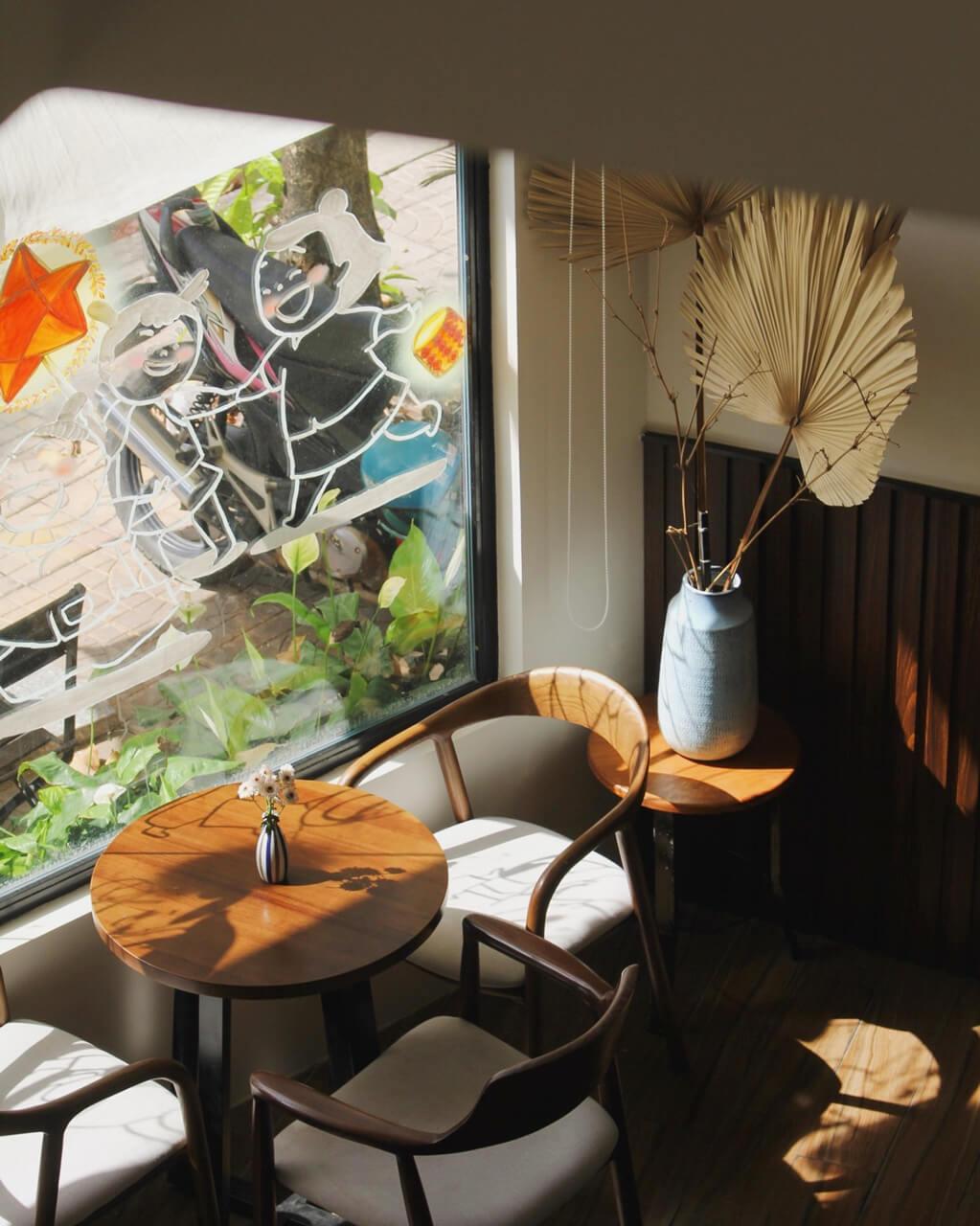 Góc ngồi ở tầng 1 Lily cafe Cần Thơ nhìn ra bờ hồ