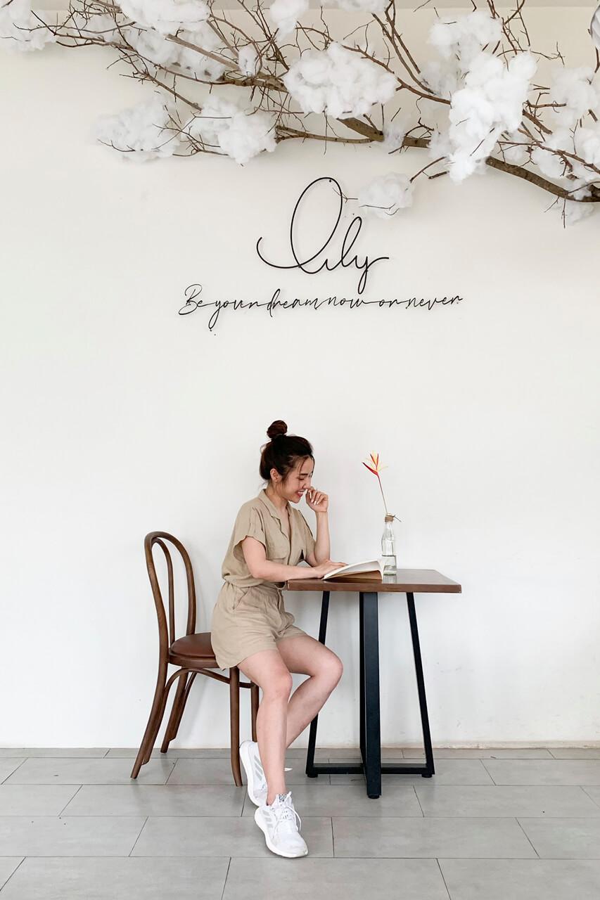 Khách hàng check in ở một góc bàn quán cà phê Lily