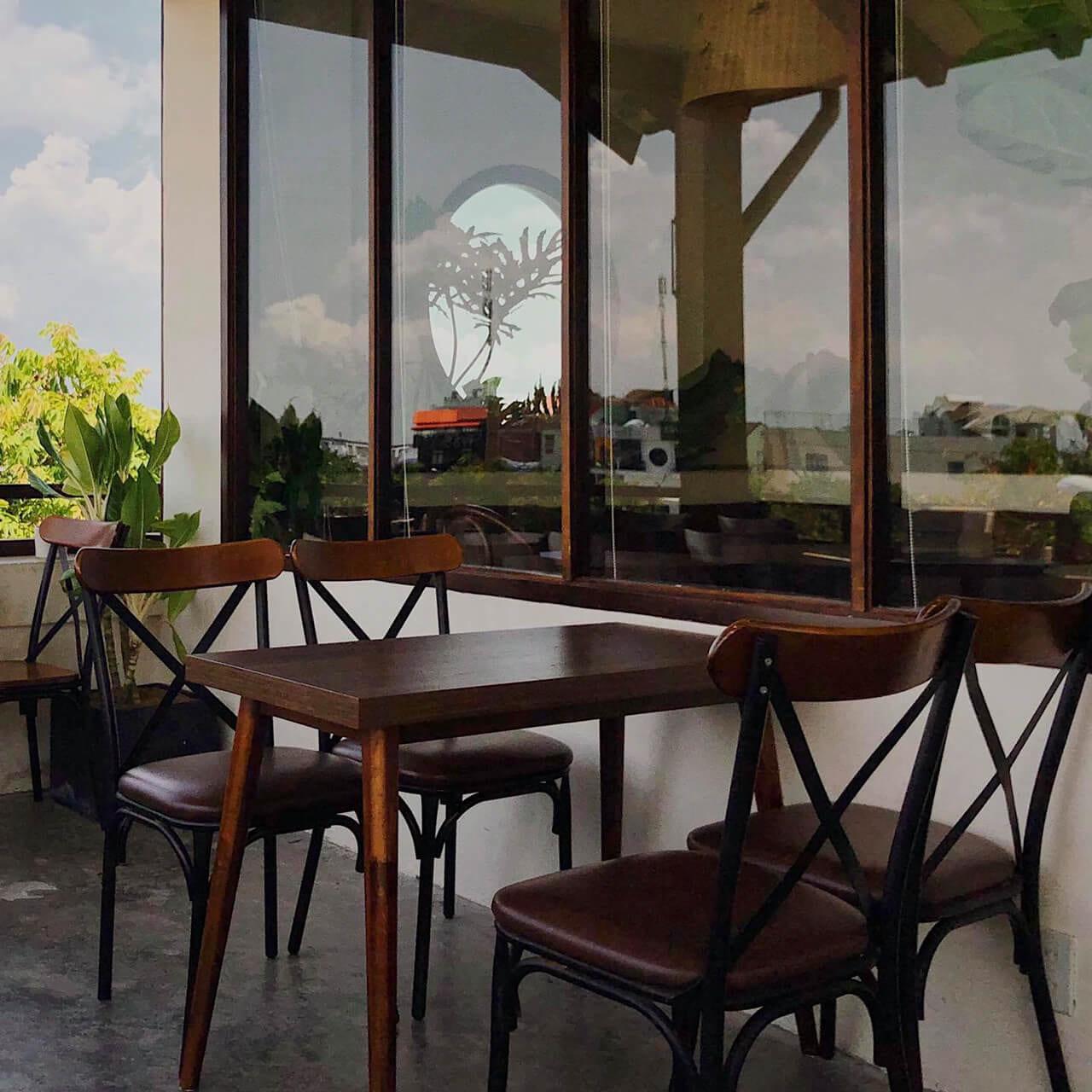 Không gian bàn ghế sắp xếp bên ngoài