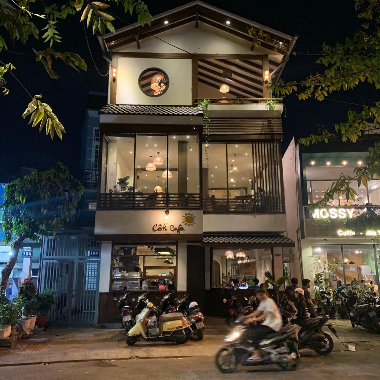 Không gian bên ngoài quán cà phê Coti Cần Thơ