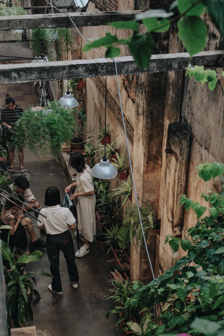 Không gian hẻm cà phê ở Raw Coffee Cần Thơ