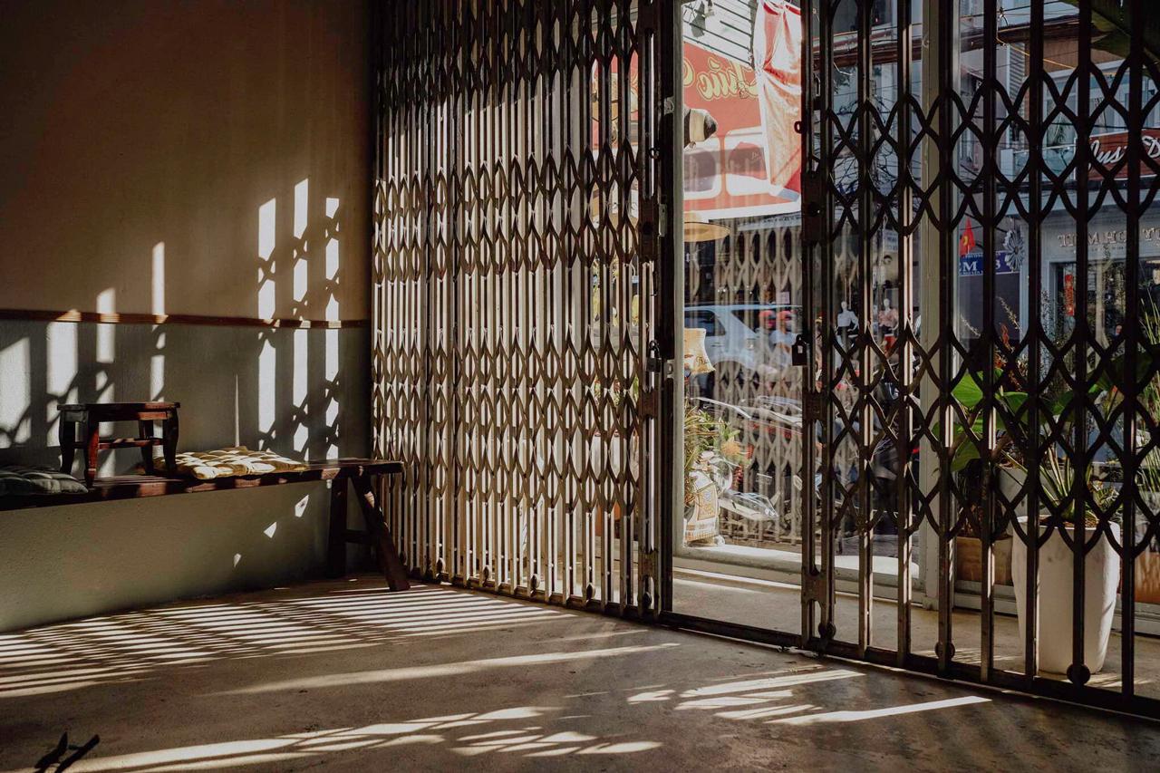 Khung cửa ngập tràn nắng ở tầng dưới