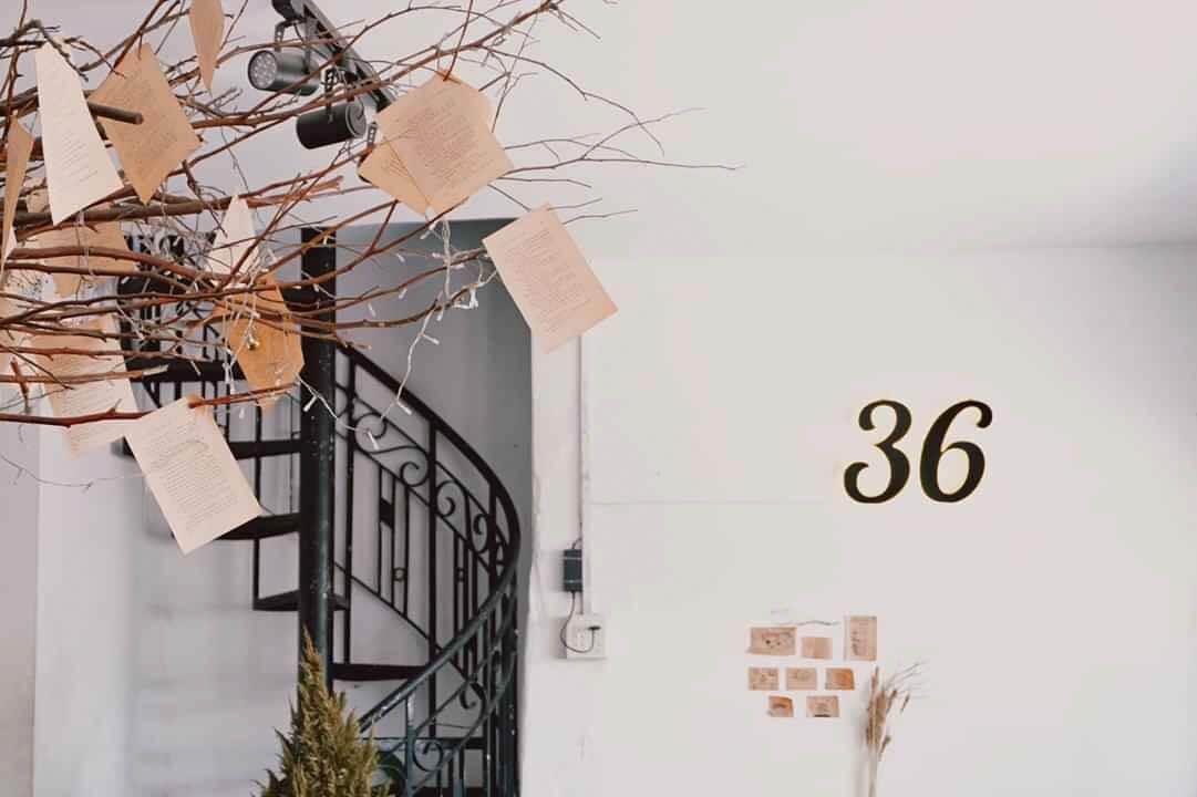Logo số 36 trên bức tường trang trí