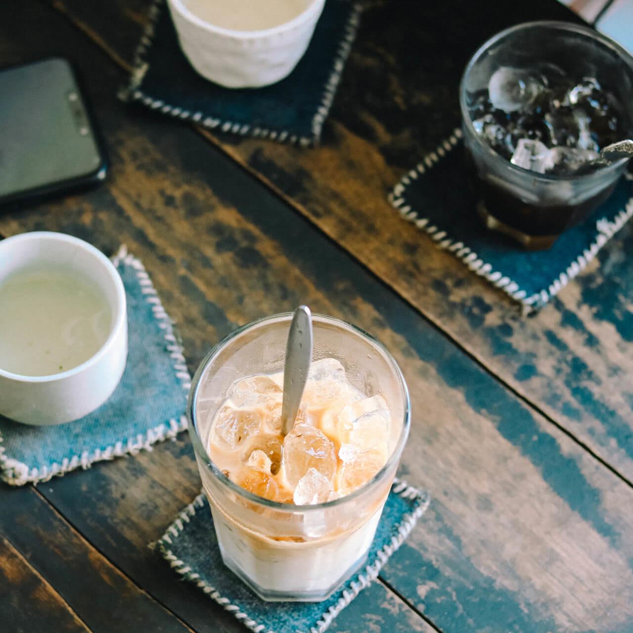 Ly cà phê sữa ở quán cà phê Raw Cần Thơ