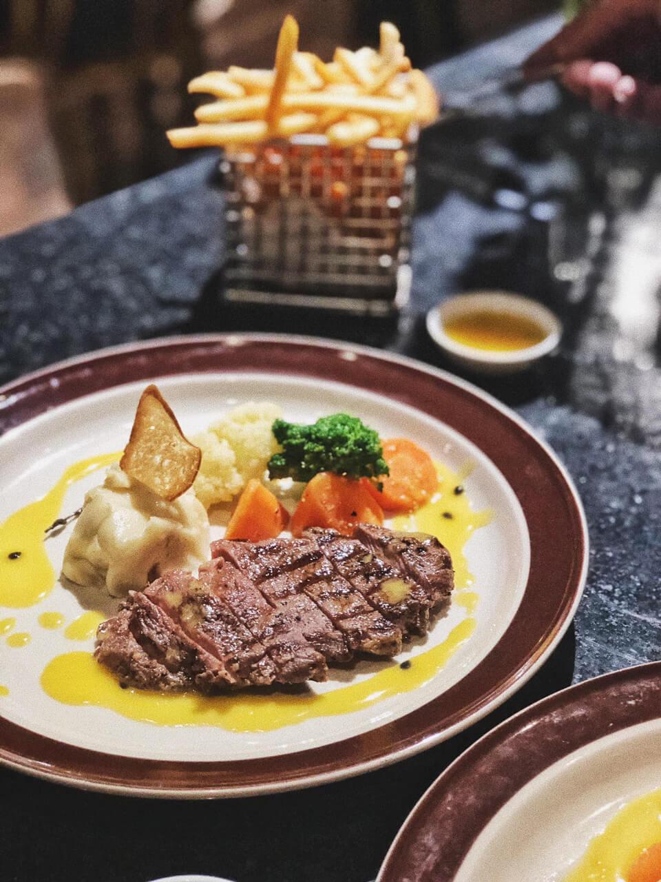 Món steak cùng nước sốt hấp dẫn ở Ma Famille Cateria Cần Thơ