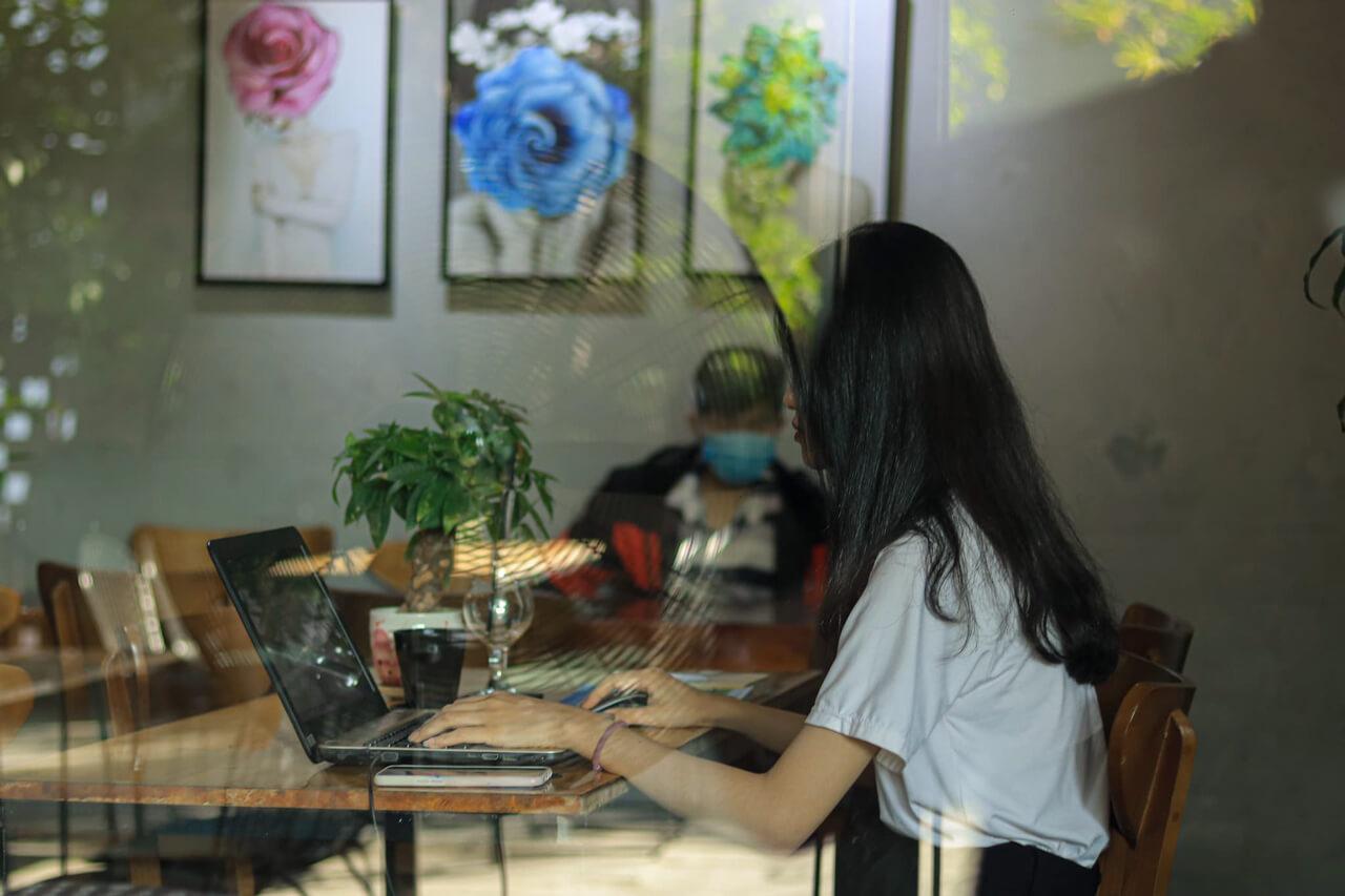 Một bạn nữ ngồi làm việc ở Dream Coffee Cần Thơ