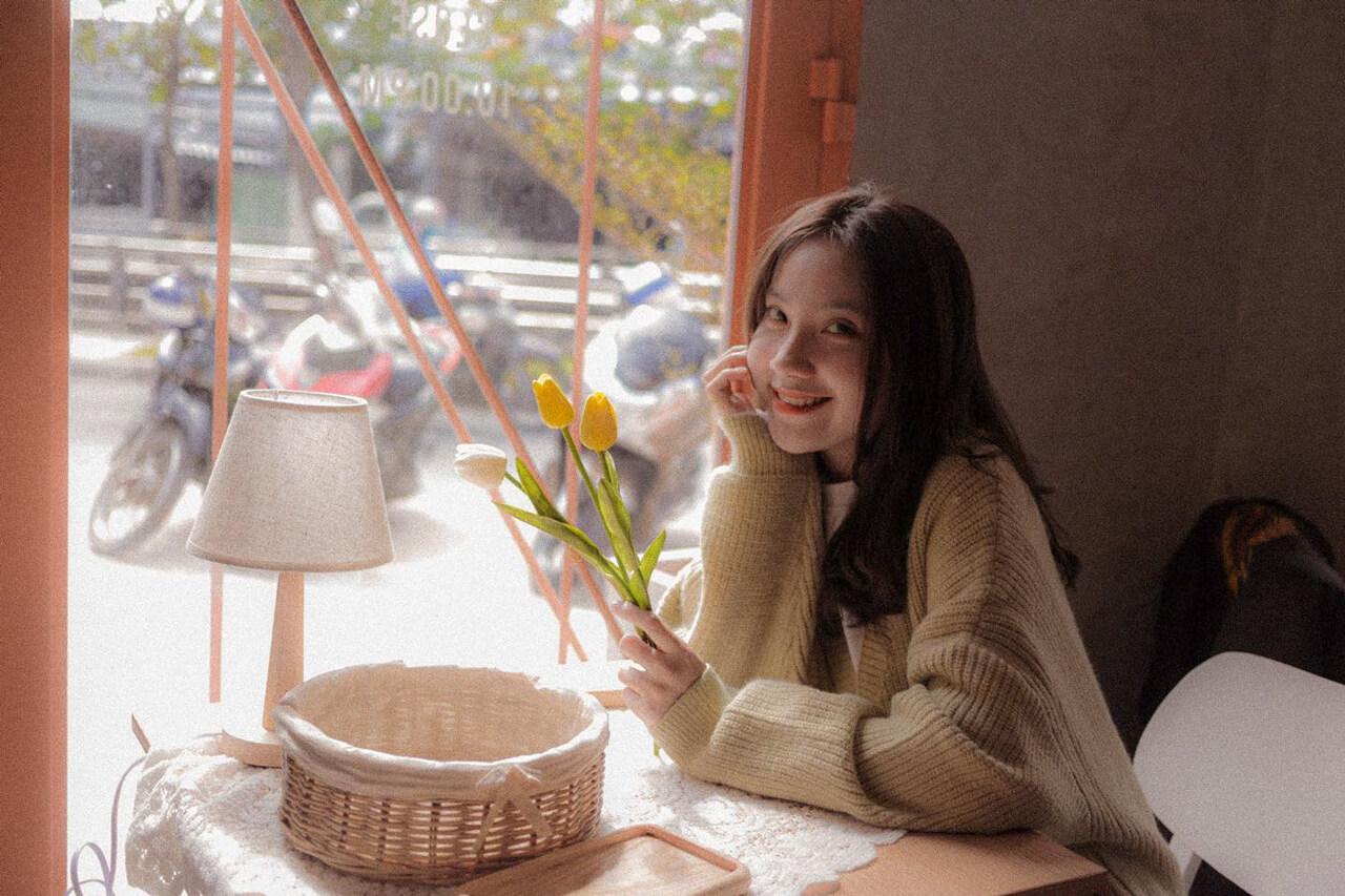 Nữ khách hàng chụp ảnh check in ở quán