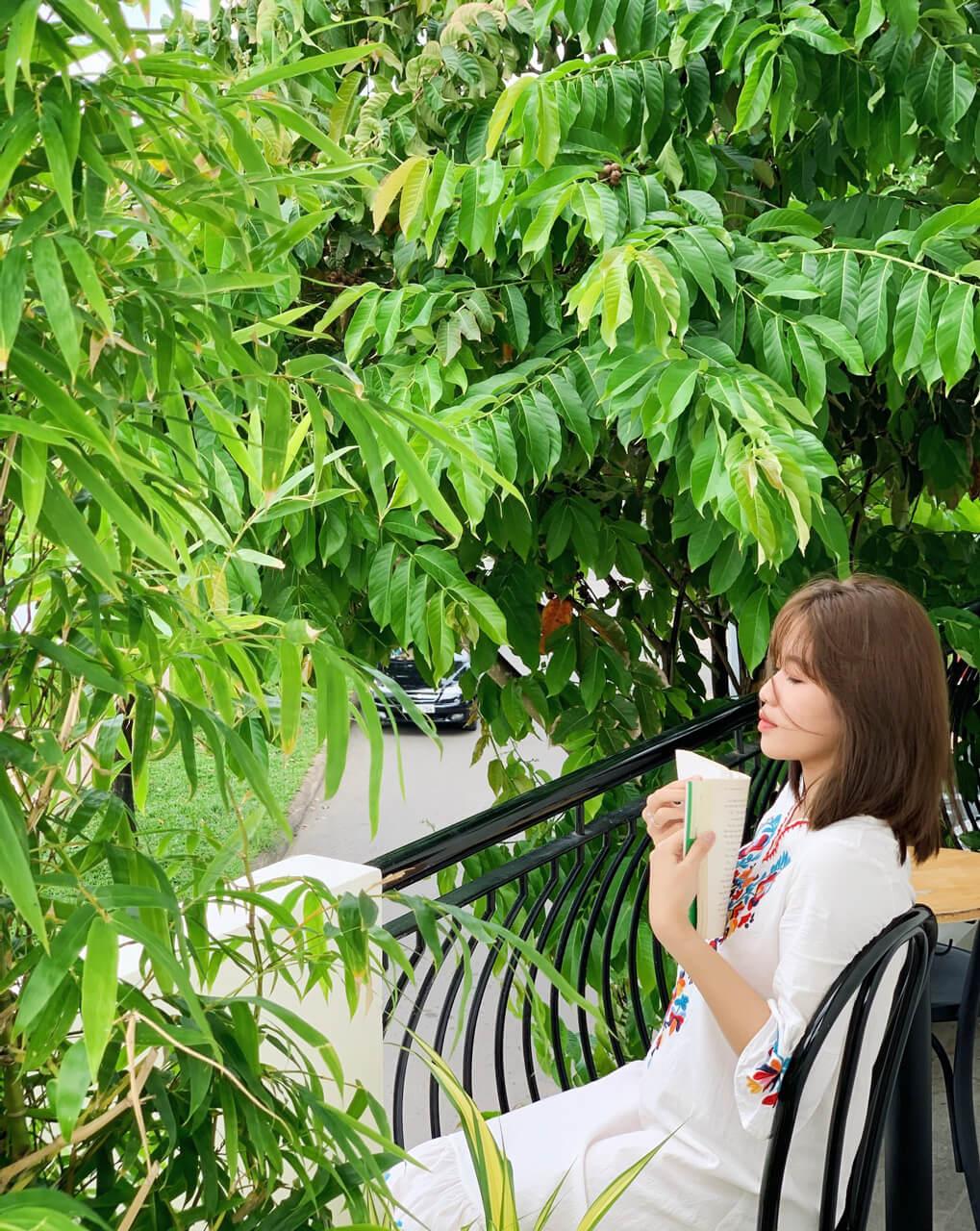 Nữ khách hàng chụp ảnh lưu niệm trên ban công Lily cafe Cần Thơ