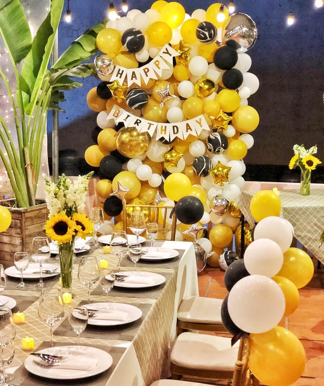 Set up decor tiệc sinh nhật với sắc vàng