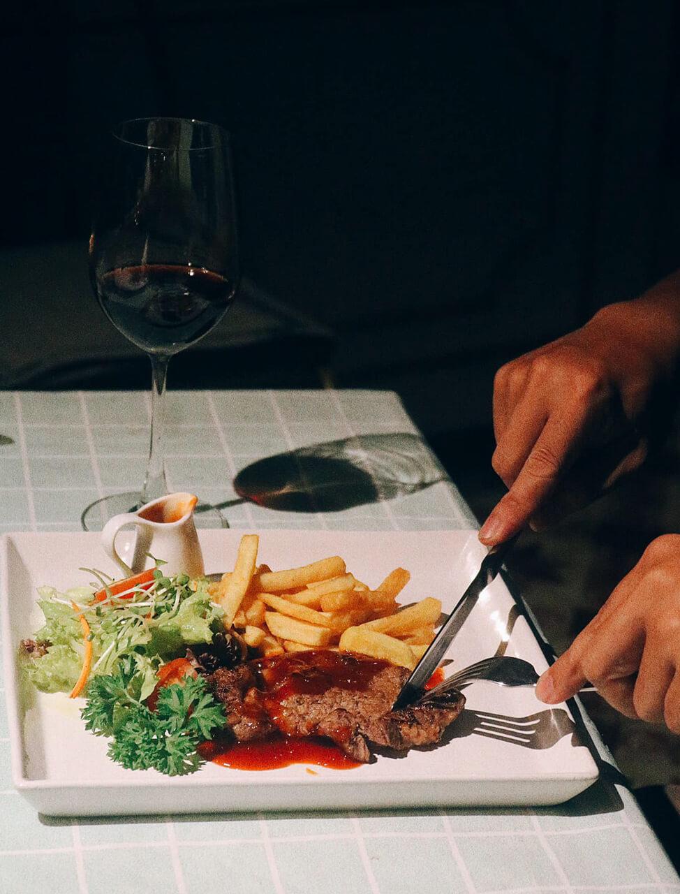 Thưởng thức món steak