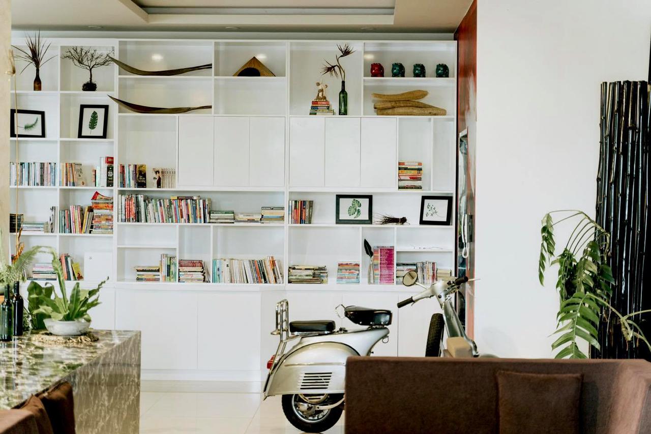 Tủ sách khá hợp với không gian quán