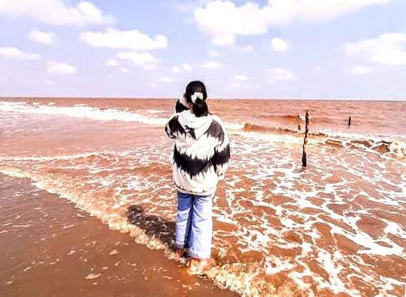 Bãi biển nâu màu phù sa ở Hồ Bể