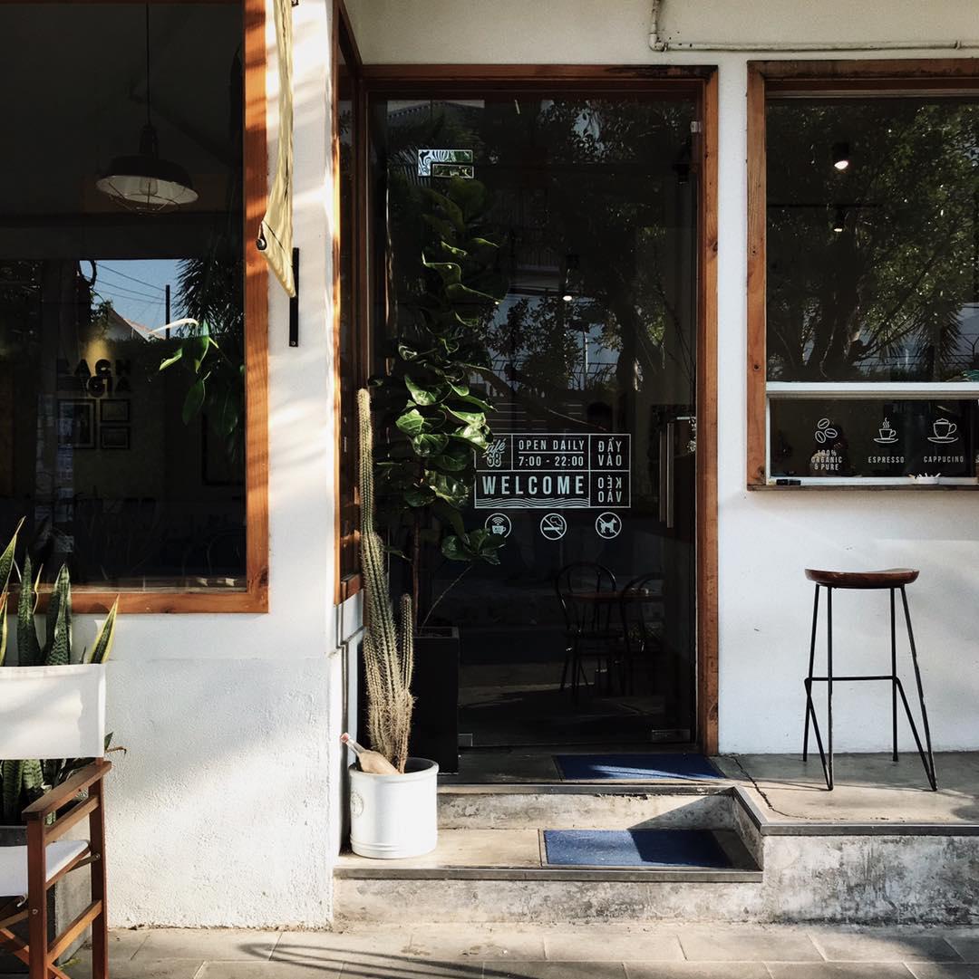 Cửa trước của quán cà phê Atelier Cafe 68