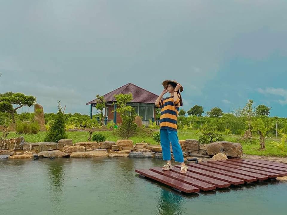 Hồ nước phía sau chùa Linh Ẩn