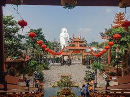 Sân trước của Chánh điện chùa Linh Ẩn
