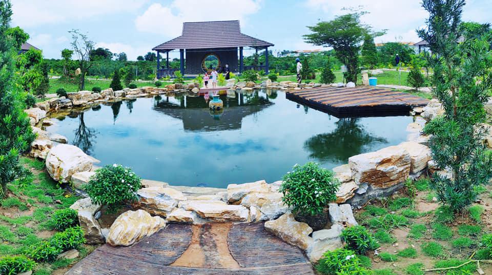 Toàn cảnh hồ nước sau chùa