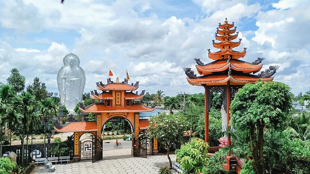 Góc nhìn chánh điện chùa Linh Ẩn ra tượng Phật Song Diện