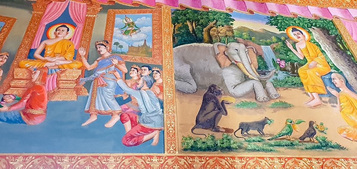 Bức tranh kể lại cuộc đời đức Phật ở trong chánh điện