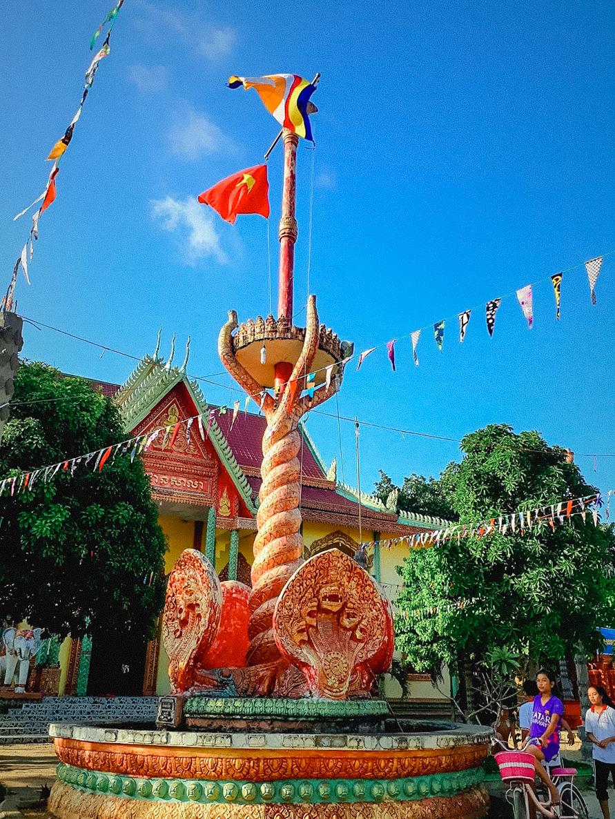 Cột cờ chạm nổi rắn thần Naga của chùa Wach Pich
